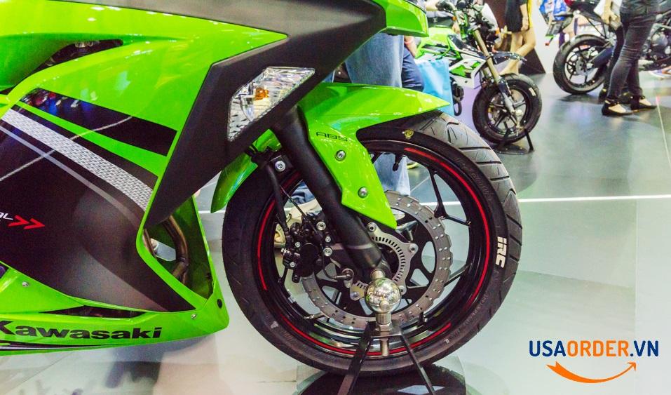Ninja 300 có hai phiên bản, có và không có thắng ABS