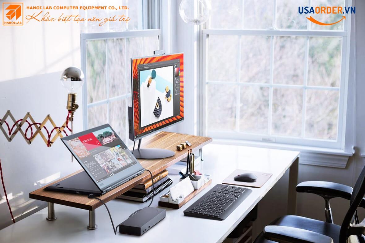 Máy tính xách tay Lenovo ThinkPad X1 Yoga trên máy tính để bàn, với cổng Thunderbolt được kết nối với màn hình.